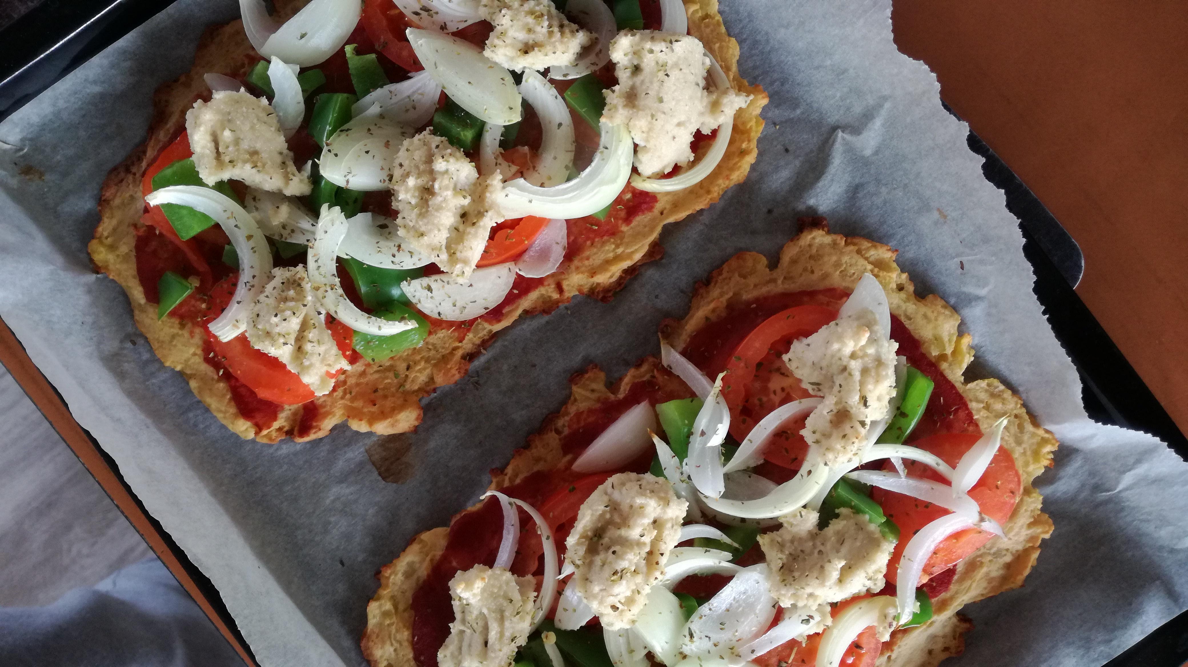 deux pizzas de pommes de terre sur feuille de cuisson vegan et sans gluten médical médium compatible
