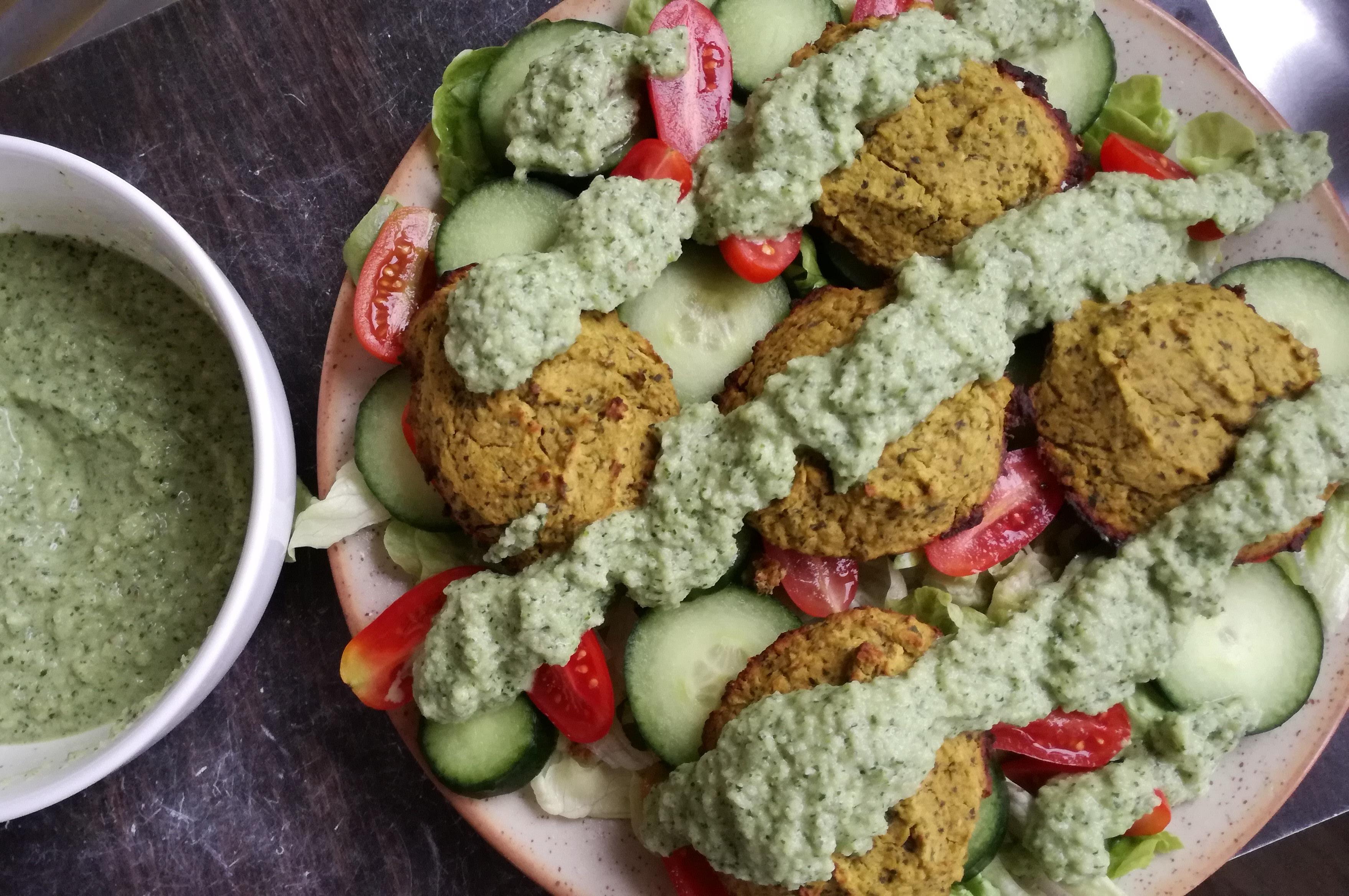falafels sauce tahini sur crudités vegan et sans gluten médical médium compatible