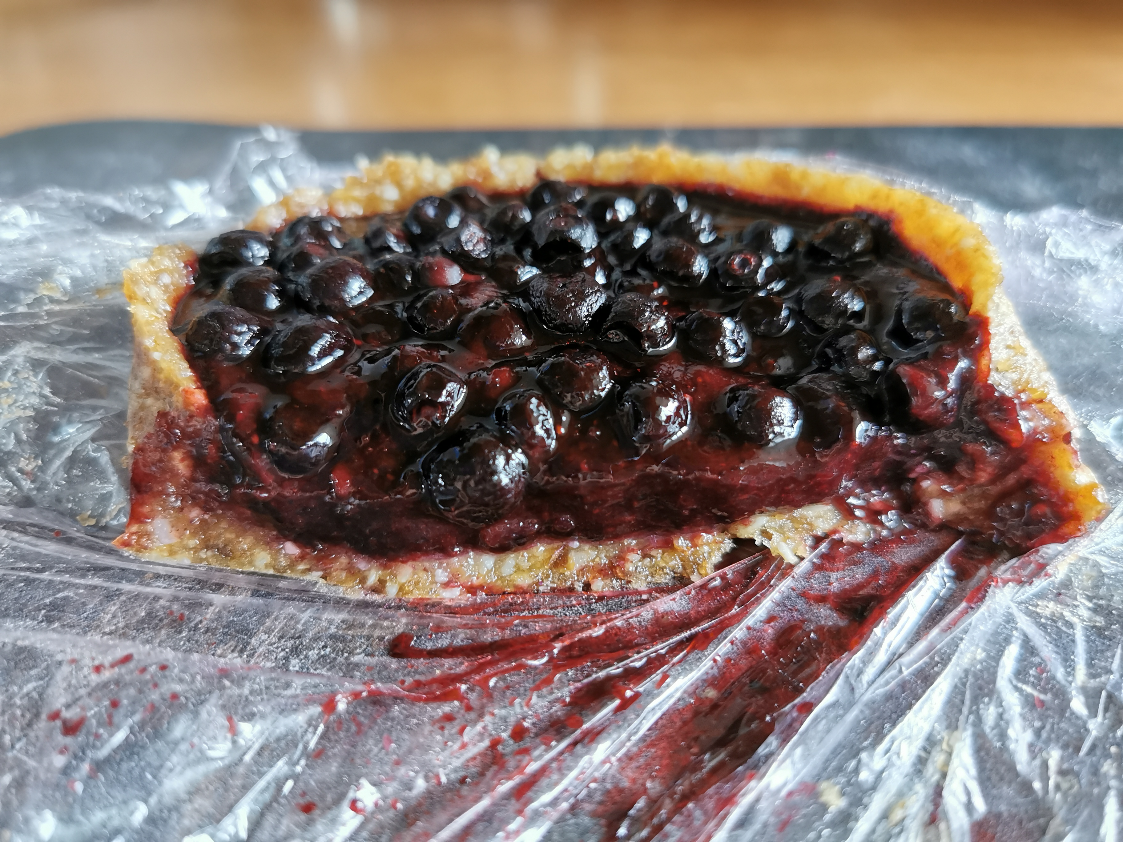tarte crue à la myrtilles découpée vegan et sans gluten médical médium compatible