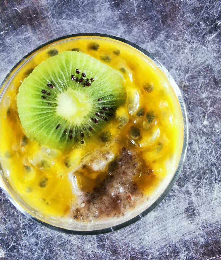 zoom crème dessert exotique au chia kiwi et fruit de la passion vegan et sans gluten médical médium compatible