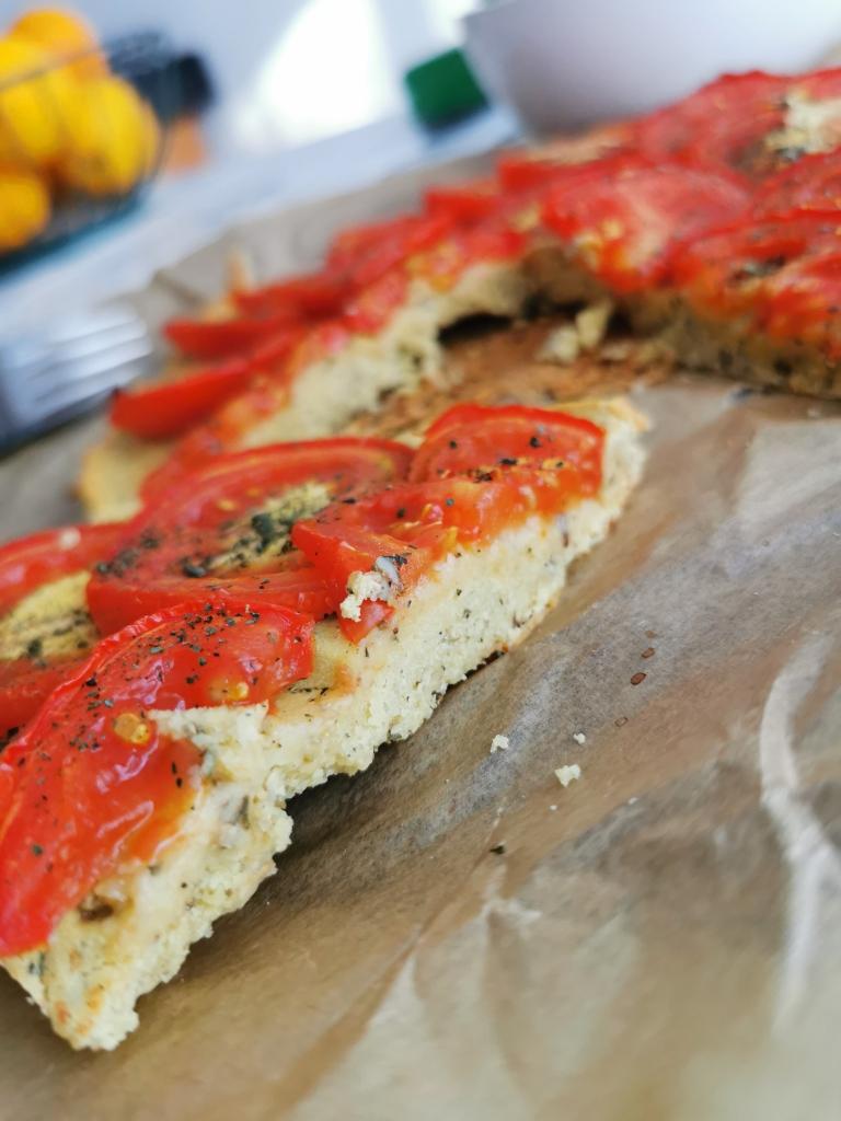zoom découpe tarte à la tomate socca sans gras vegan et sans gluten médical médium compatible
