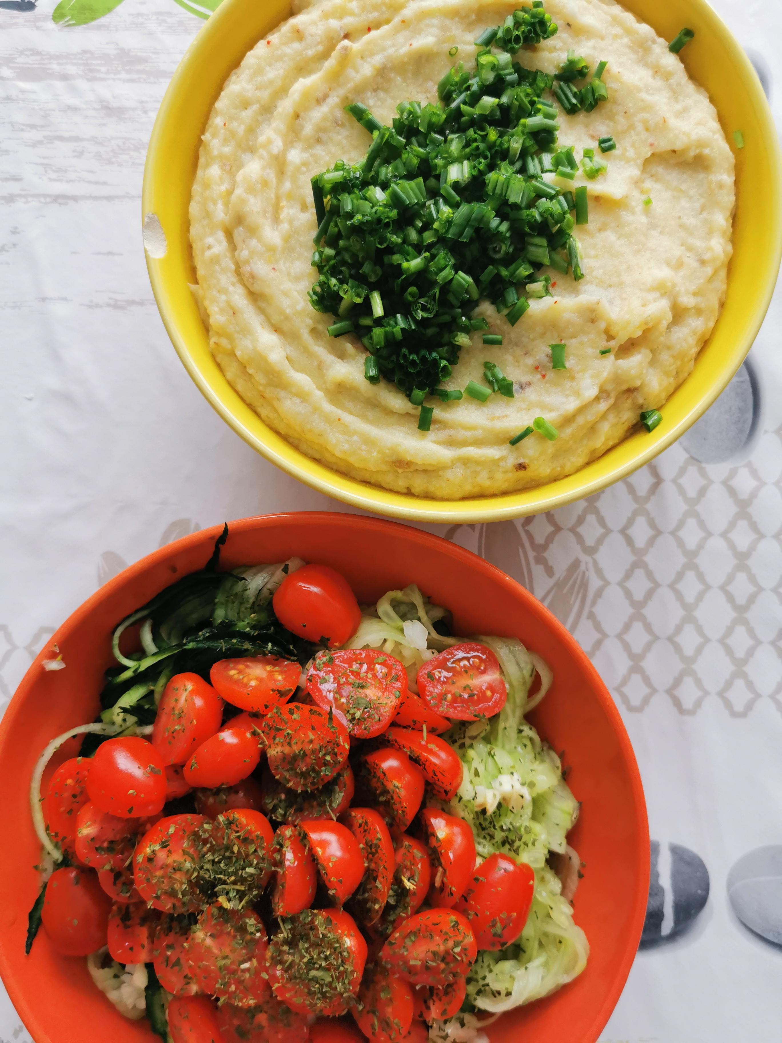 purée de chou-fleur et spaghettis de concombre topping bruschetta vegan et sans gluten médical médium compatible