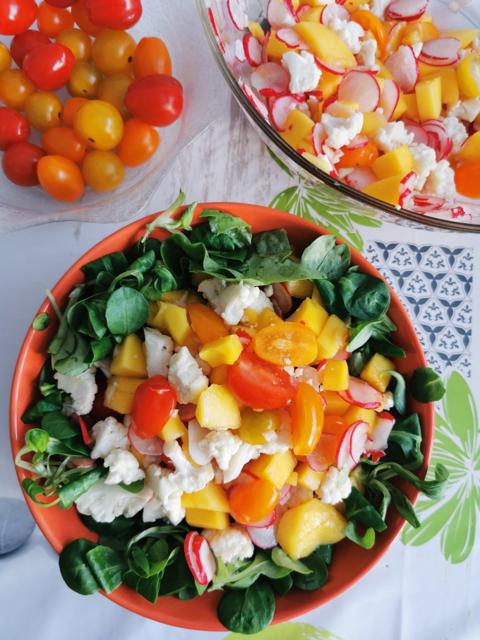 salade de chou-fleur cru et de mangue, salade saine sans gras 100% légumes et fruits