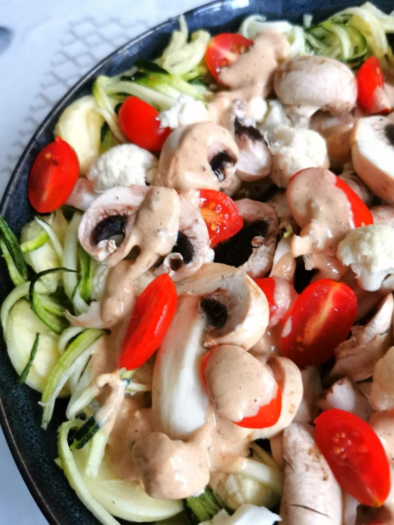 zoom salade de légumes sauce cajou vegan, sans gluten, médical médium compatible