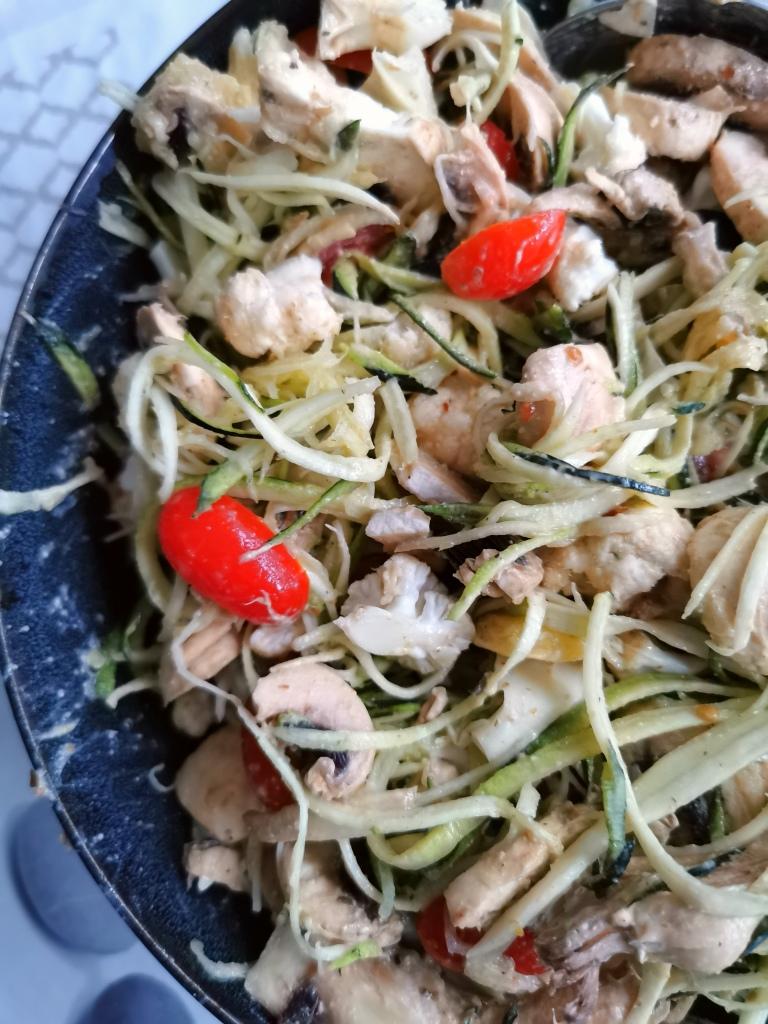 zoom salade mélangée de légumes sauce cajou vegan, sans gluten, médical médium compatible